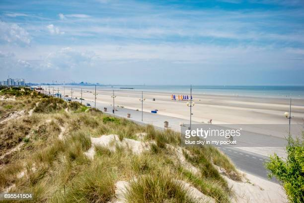 the long sandy beach at dunkerque (dunkirk). france - nord frankrijk stockfoto's en -beelden