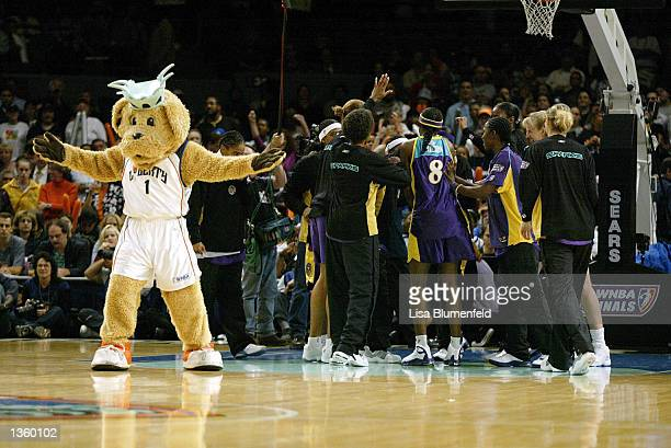 The Los Angeles Sparks get ready to take on the New York Liberty in game 1 of the 2002 WNBA Finals on August 29 2002 at Madison Square Garden in New...