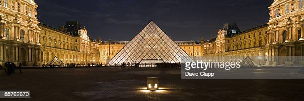 the louvre art gallery and glass pyramid, paris, france - louvre photos et images de collection