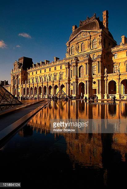 the louvre, paris, france - louvre stock-fotos und bilder