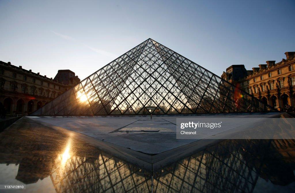 FRA: Pyramide Du Louvre : Illustration