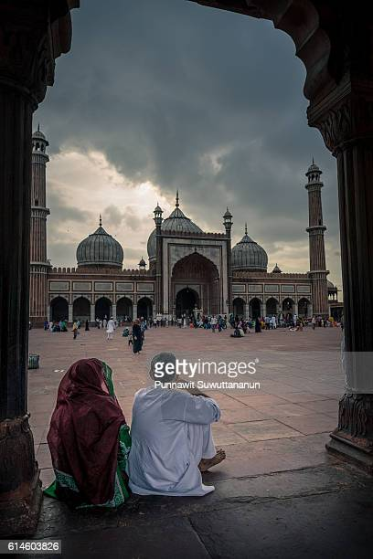 the lovers at jama mosque, new delhi - jama masjid delhi stock pictures, royalty-free photos & images