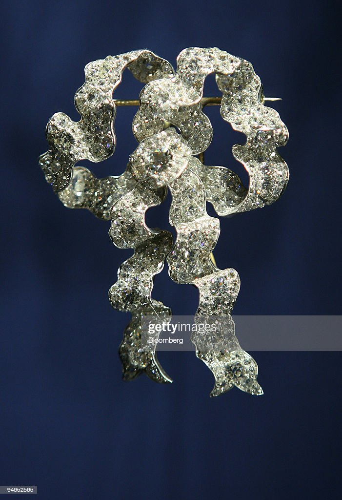 The 'Lover's Knot' brooch is displayed at a special exhibiti : News Photo