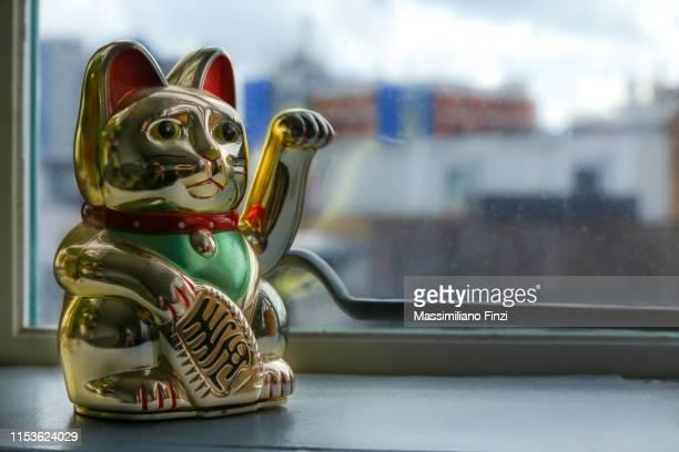 the lucky japanese cat, maneki-neko. - cultura cinese foto e immagini stock