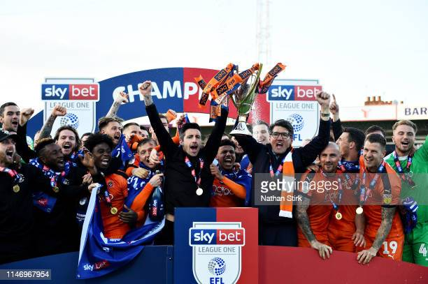 The Luton Town team celebrate winning the league after the Sky Bet League One match between Luton Town and Oxford United at Kenilworth Road on May 04...