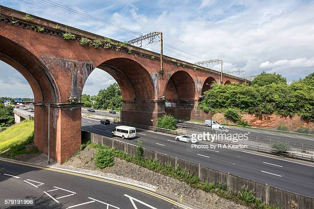 the m60 motorway passing beneath stockport viaduct - stockport stock-fotos und bilder