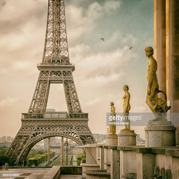 the magic at place du trocadéro-et-du-11-novembre - シャイヨー宮 ストックフォトと画像