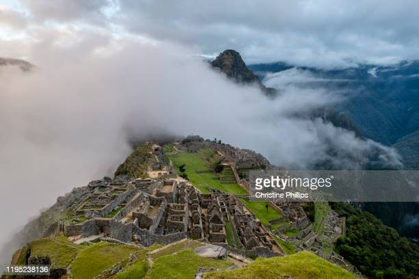 the magical ruins of machu picchu in peru as the sun rises - patagonische anden stock-fotos und bilder