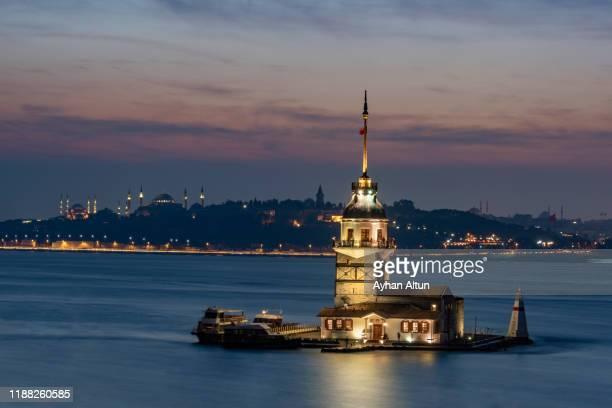the maiden's tower( kiz kulesi,tower of leandros) at night in istanbul, turkey - byzanz stock-fotos und bilder