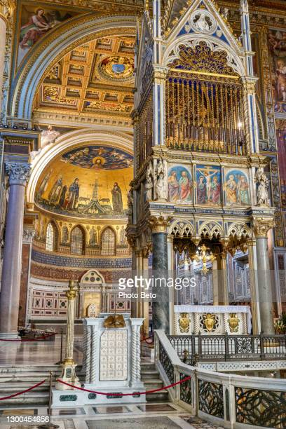 the main altar and apse of the basilica of san giovanni in laterano in rome - madonna singer stock pictures, royalty-free photos & images
