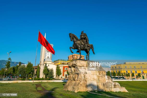 het grote plein / skanderbeg plein van tirana en het standbeeld van skanderbeg, tirana, albanië, europa - albanië stockfoto's en -beelden
