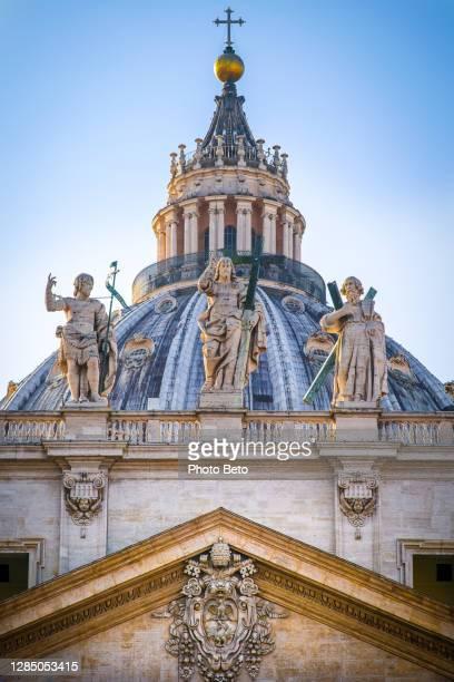 la maestosa cupola e le statue monumentali della basilica di san pietro a roma - basilica di san pietro foto e immagini stock
