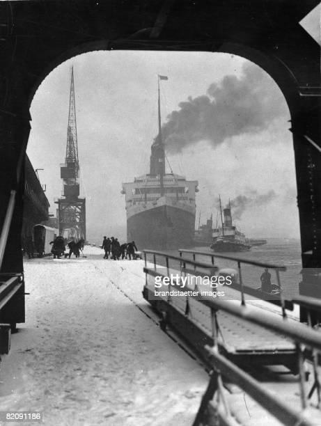 The 'Majestic' enters the port of Southampton England Photograph Around 1933 [Einlaufen der 'Majestic' in die Docks von Southampton England...
