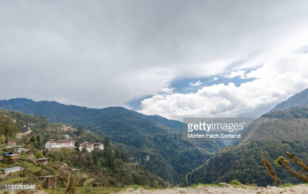 the majestic trongsa dzong on top of a hill in trongsa, bhutan - trongsa district stockfoto's en -beelden