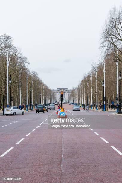 the mall road in london, england - london und umgebung stock-fotos und bilder