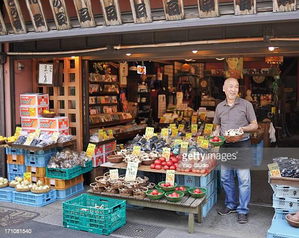the man of the japanese vegetable store - ショッピングエリア ストックフォトと画像