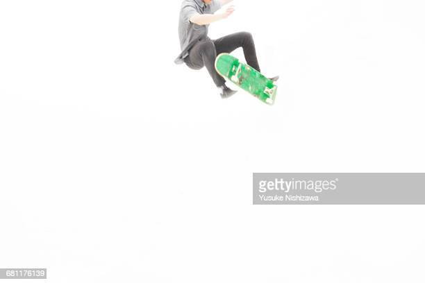 the man who jumps by skateboarding - yusuke nishizawa stock pictures, royalty-free photos & images