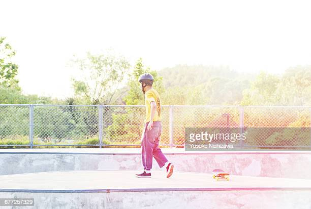 The man who practices skateboarding
