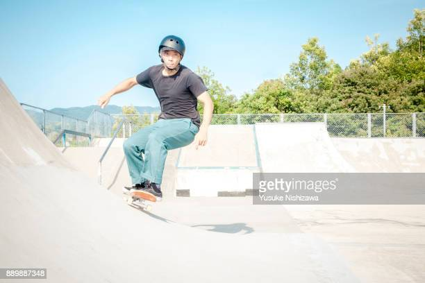 the man who slips on a skateboard - yusuke nishizawa stock pictures, royalty-free photos & images