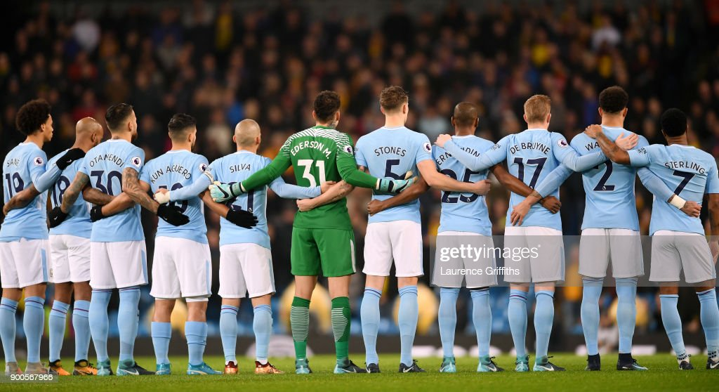 Hilo del Manchester City The-manchester-city-team-team-take-part-in-a-minute-silence-in-memory-picture-id900567966