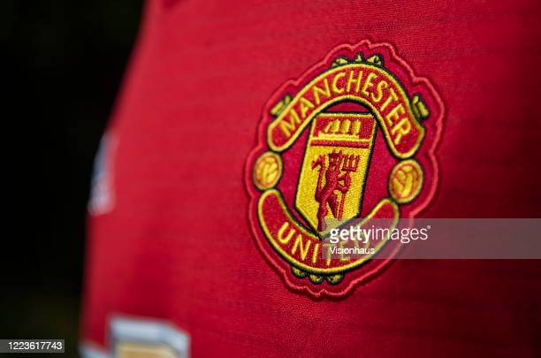 454 Manchester United Crest Photos And Premium High Res Pictures Getty Images