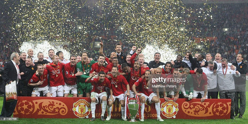 The Manchester United Team Celebrates With The Trophy After Winning News Photo Getty Images