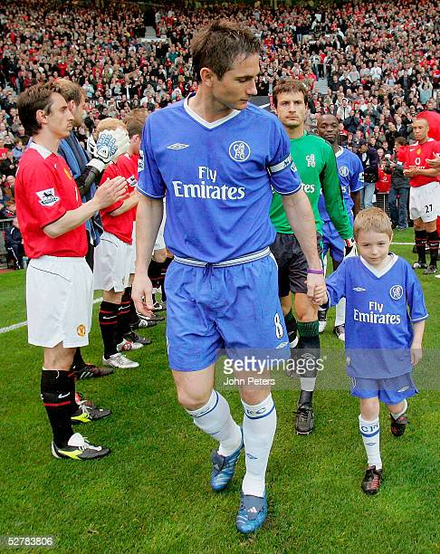 The Manchester United team form a gaurd of honour for the Chelsea players at the start of the Barclays Premiership match between Manchester United...