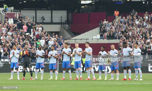 The Manchester United team take part in a minute's silence for Jimmy Greaves ahead of the Premier League match between West Ham United and Manchester...