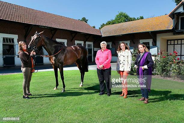 PARIS MATCH AUTHORISATION NEEDED the mare Treve twice winner of the Arc de Triomphe prize is photographed with her trainer Christiane Head the...