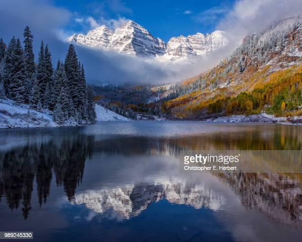 the maroon bells in autumn colours, aspen, colorado, usa. - maroon bells stock photos and pictures