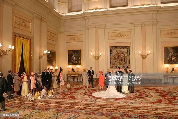 The Marriage Of Prince Felipe Of Spain Le mariage du prince FELIPE et de Letizia ORTIZ les jeunes mariés posant dans un salon du palais du Pardo à...