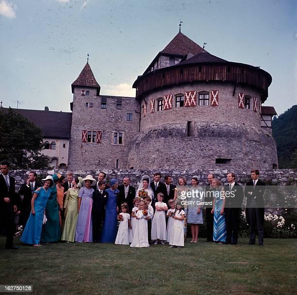 The Marriage Of Prince Hans-Adam Of Liechtenstein With Mary Kinsky Von Wchinitz Und Tettau. Vaduz - 30 juillet 1967 - Dans un jardin devant un...