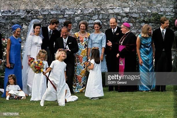 The Marriage Of Prince Hans-Adam Of Liechtenstein With Mary Kinsky Von Wchinitz Und Tettau. Vaduz - 30 juillet 1967 - Dans un jardin, à l'occasion de...