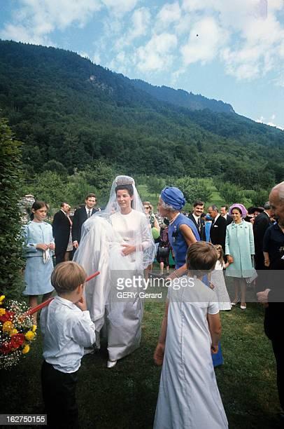 The Marriage Of Prince Hans-Adam Of Liechtenstein With Mary Kinsky Von Wchinitz Und Tettau. Vaduz - 30 juillet 1967 - Dans un jardin à l'occasion de...
