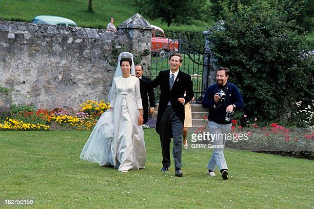 The Marriage Of Prince Hans-Adam Of Liechtenstein With Mary Kinsky Von Wchinitz Und Tettau. Vaduz - 30 juillet 1967 - Lors de leur mariage, marchant...
