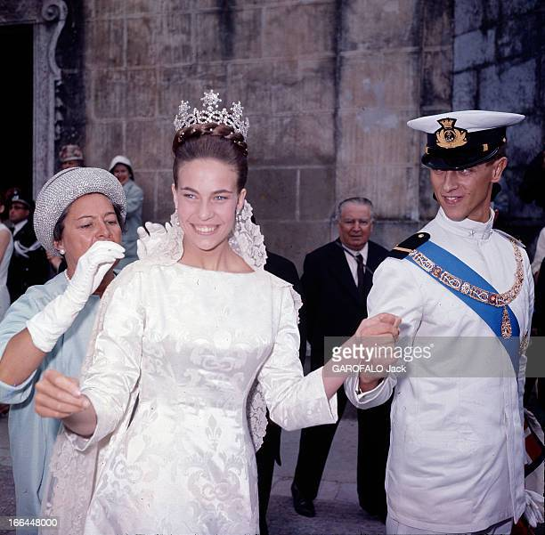 The Marriage Of Princess Claude Of France And Duke Amedee Aosta Cintra 12 juillet 1964 Lors de leur mariage à l'église 'Sao Pedro' devant une femme...