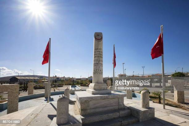 the martyr's monument at alacati,cesme. - emreturanphoto stock pictures, royalty-free photos & images