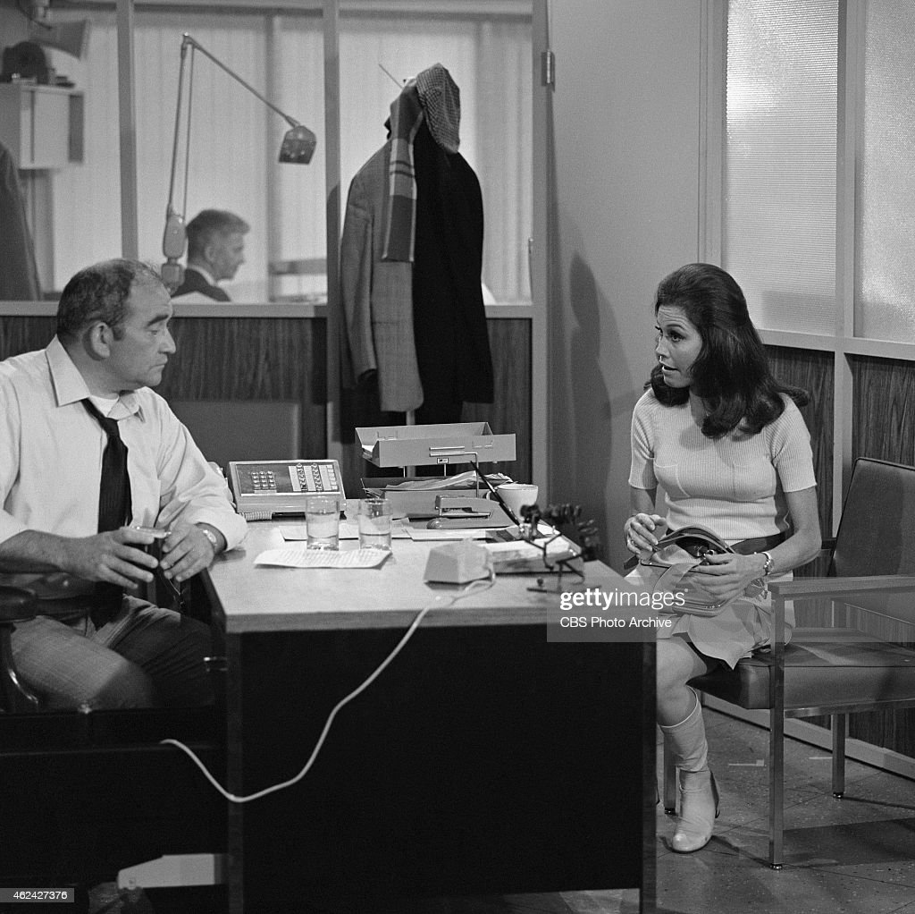 Mary Tyler Moore And Ed Asner In Love Is All Around Season 1 News Photo Getty Images