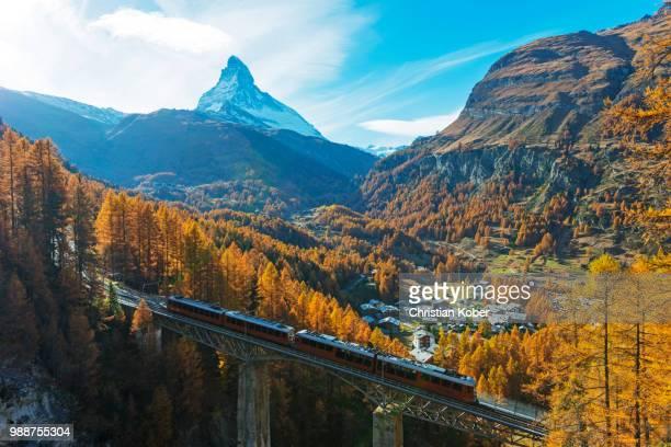 the matterhorn, 4478m, findelbach bridge and the glacier express gornergrat, zermatt, valais, swiss alps, switzerland, europe - zermatt stock pictures, royalty-free photos & images