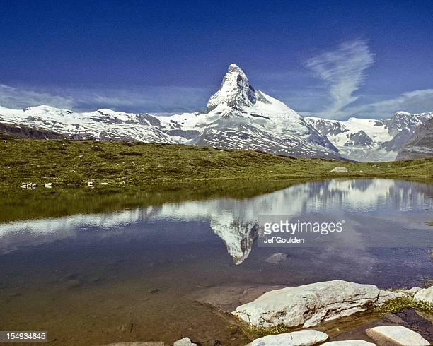 the matterhorn reflected in leisee - jeff goulden stock pictures, royalty-free photos & images