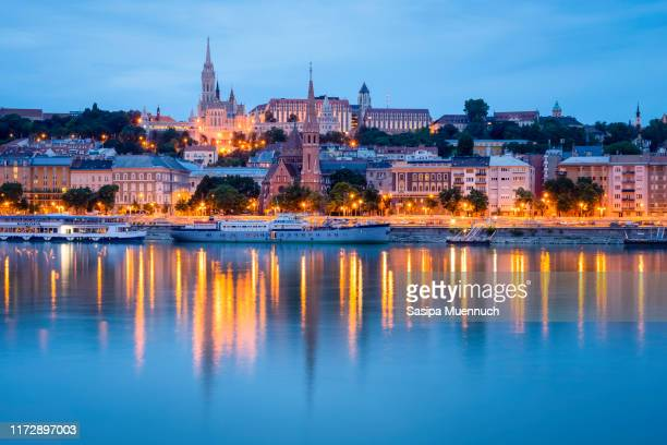 the matthias church and fishermen's bastion at dawn and its reflection on danube river, budapest - ハンガリー ストックフォトと画像