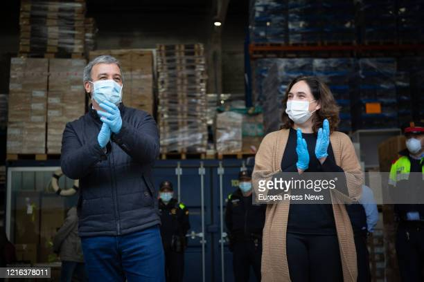 The mayor of Barcelona, Ada Colau and the first deputy mayor, Jaume Collnoni , with masks, applaud after the arrival of 12 tons of sanitary material...