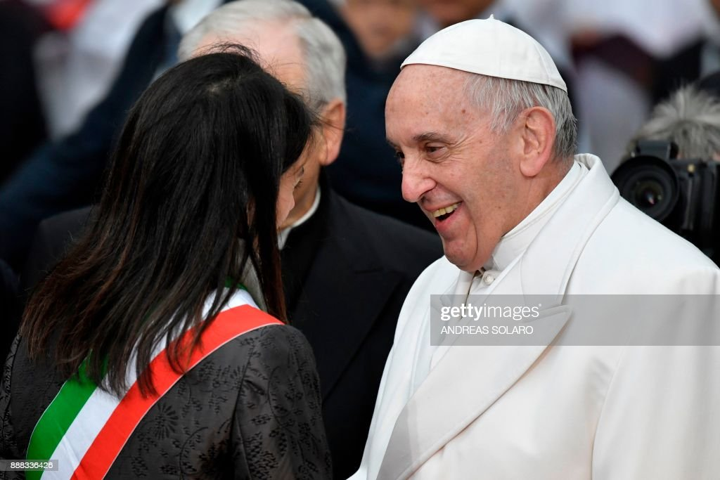 The Mayor of Rome, Virginia Raggi welcomes Pope Francis near the statue of the Virgin Mary during the annual feast of the Immaculate Conception at Piazza di Spagna in Rome on December 8, 2017. / AFP PHOTO / Andreas SOLARO
