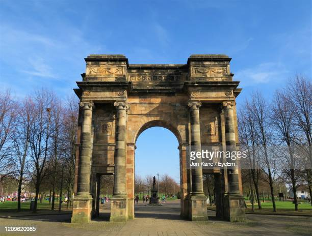 the mclennan arch entrance to glasgow green - glasgow green stock pictures, royalty-free photos & images