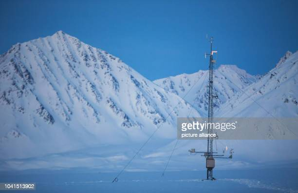 The measuring mast at Atmospheric Obervatory of the AWIPEV Arctic Research Base can be seen during the polar night on Spitsbergen in NyAelesund...