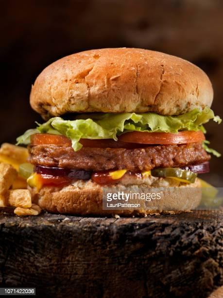o hambúrguer de carne - 100% vegetal à base de proteína hambúrguer com fritas - pratos vegetarianos - fotografias e filmes do acervo
