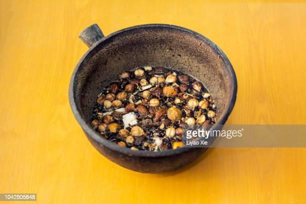 the medicine is ready for boiling. - liyao xie fotografías e imágenes de stock