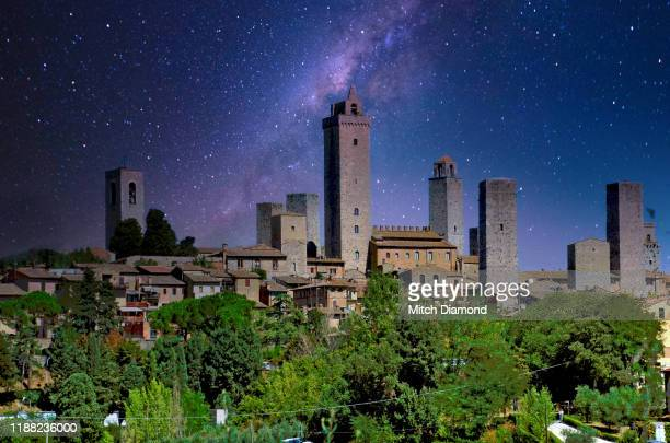 the medieval italian town of san gimignano at night - サンジミニャーノ ストックフォトと画像
