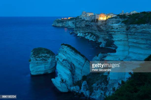 the medieval old town on the limestone cliff at dawn, bonifacio, corse-du-sud, corsica, france - corsica stock-fotos und bilder