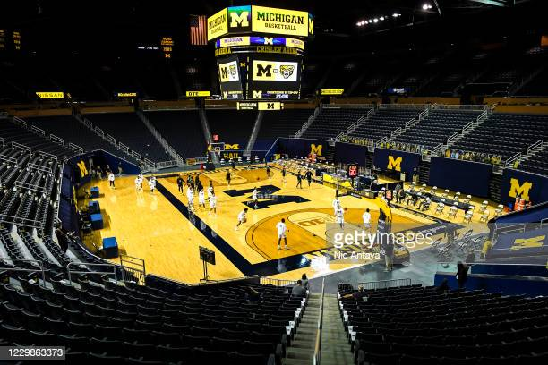 The Michigan Wolverines and Oakland Golden Grizzlies warm up before the game at Crisler Arena on November 29, 2020 in Ann Arbor, Michigan.